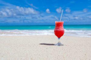 海の浜辺にジュースが置いている写真