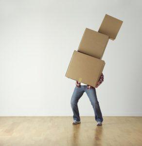 重い荷物を持っている人のイラスト