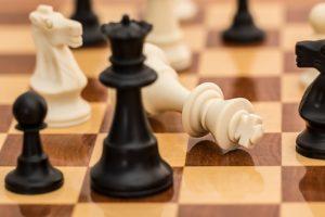 チェスのコマが倒れるイラスト