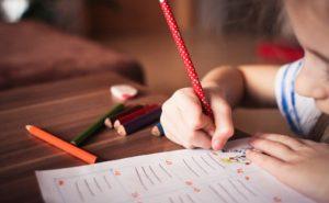 子どもが字を書くイラスト