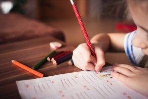 子どもが字を書いているイラスト