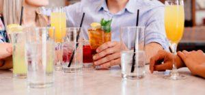みんなでお酒を飲んでいる写真