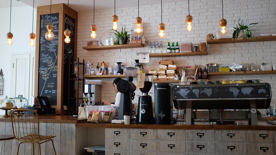 カフェをオープンして働いているイラスト