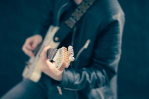 ギターを弾いている人の写真