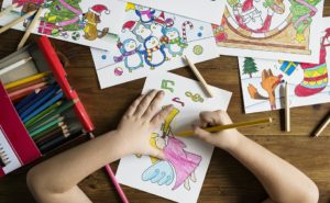 子どもが絵を描いているイラスト