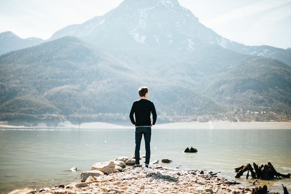 湖を眺めている人のイラスト