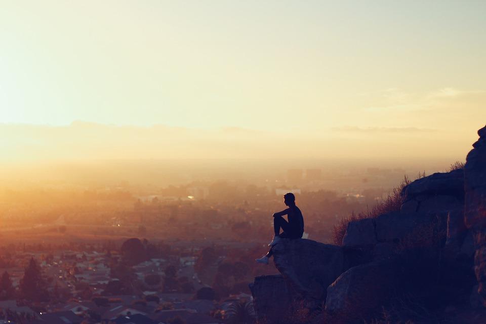 一人で座って考えている人のイラスト