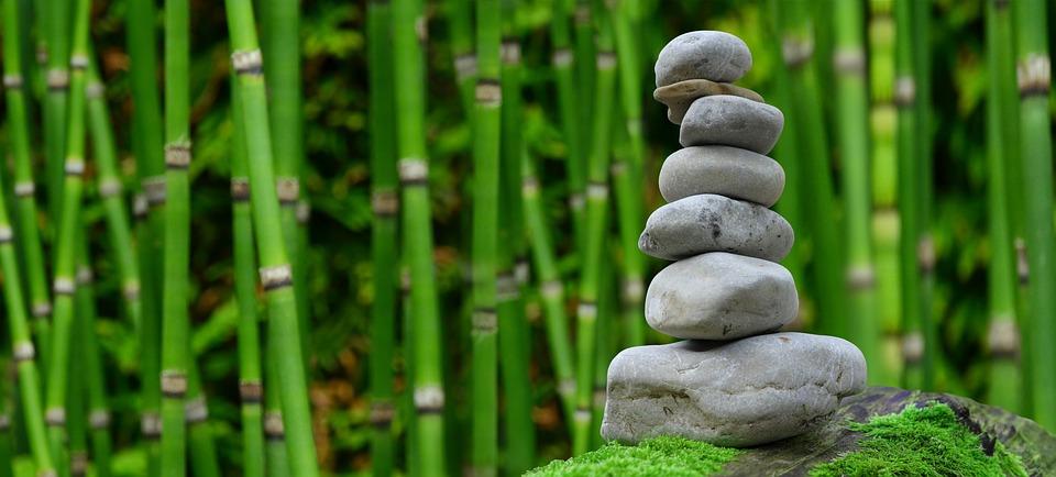 石を積み上げているイラスト
