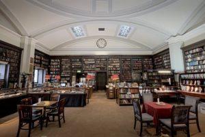 広い図書館の写真